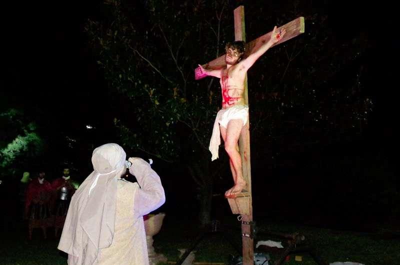 Resultado de imagen para Estaba el pueblo mirando; los magistrados hacían muecas diciendo: «Ha salvado a otros